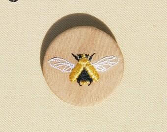 Petite broche brodée le scarabée d'or