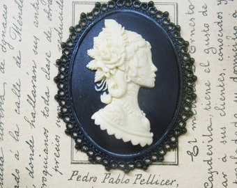 Cameo pendant in Dark dama resin-with chain-30 x 40 mm