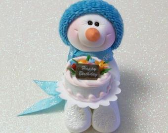 Schneemann-Ornament mit einem Happy Birthday Cake