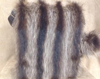 Black handbag trimmed with fur raccoon hand bag as racoon bolso negro piel mapache recuperado recovored