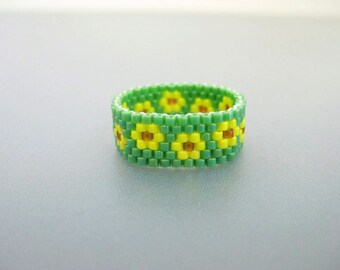Beaded Ring / Peyote Ring / Seed Bead Ring in Green and Yellow  / Flower Ring / Peyote Band / Thin Ring / Skinny Ring / Size 7 Ring