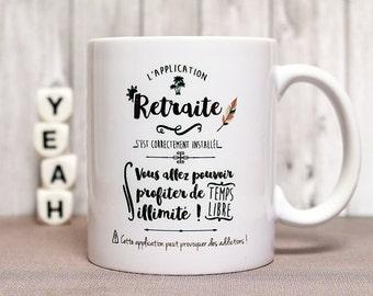 """Mug """"L'application retraite s'est correctement installée..."""" Tasse personnalisable. Cadeau départ à la retraite. Texte et graphisme by PIOU."""