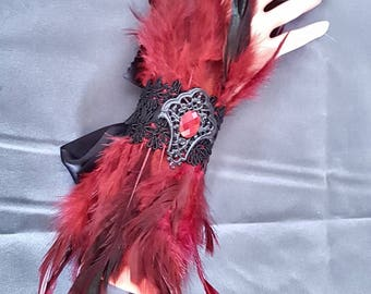 Winered Feather cuffs / Feder Armstulpen in weinrot mit Borte und Cabochon