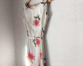 Vintage tank dress with flower print, sleeveless dress, white floral dress, lily pattern, white dress with belt, belted dress, vintage white