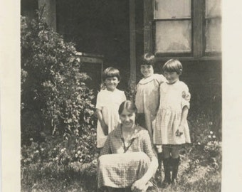 vintage photo 1924 Fitzpatrick Girls Young Mom & Three Daughters on Grass