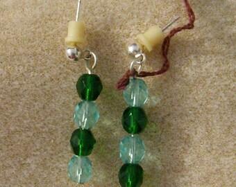 Facettierte grüne Ohrringe - schöne handgemachte baumelt - hell & dunkel grün Glas Perlenohrringe in Silber von JewelryArtistry - E663