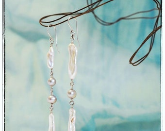 Di. Versi-Earrings in silver 925 with long white beads and grey pearls, asymmetrical earrings, handmade, Tuscan handicrafts