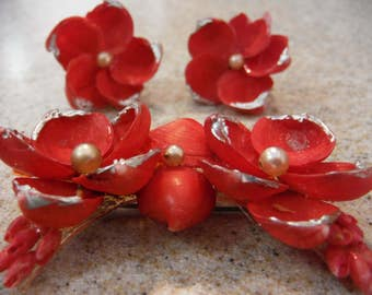 Vintage 1940'a Red Shell Brooch and Matching Screw Back Earrings