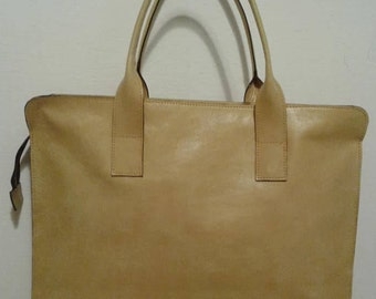 Mustard shoulder bag in genuine leather.