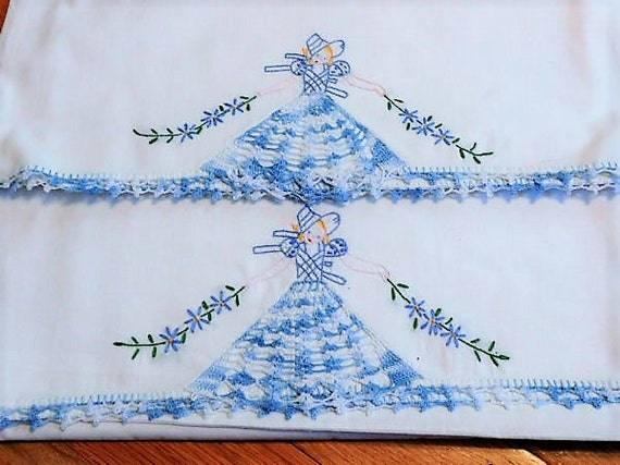 Pair Pillow Cases / Hand Crochet / Embroidery / Mid Century / Southern Belle / Linens / Shams