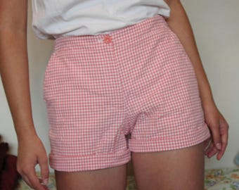 Vintage Liz Claiborne (petites) pink and white gingham/plaid high-waisted shorts. Buttoned sides, with zipper and three pockets. Size 8.