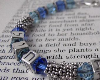 Bracelet cristal bleu ESHET CHAYIL, sterling cubes hébraïques, judaica personnalisé bijoux, bracelet swarovski personnalisé, lettres hébraïques personnalisé