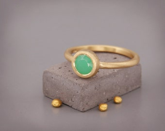 14k Gold Chrysoprase Ring | Handmade solid 14k gold ring set with a natural Chrysoprase