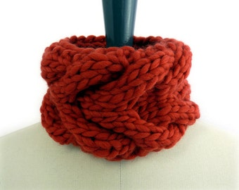 Le Petit Snood in Pure Merino Wool. Chunky Knit Cowl. Cayenne Pepper Red. Fall / Winter / Christmas.
