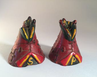 Teepee Salt & Pepper Shakers – Vintage 1940's Vancouver BC / Stanley Park Souvenir - Canadian Collectible – Hand-Painted Resin Composite