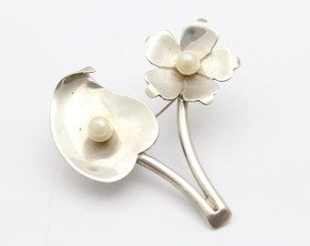 Vintage Artisan Flower Brooch with Faux Pearls in Sterling Silver. [9440]