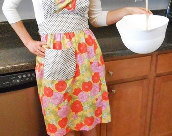 1940's Vintage Style Floral Womens Full Apron with Polka Dot Pocket