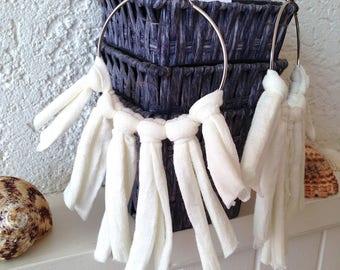 Grandes créoles argentée Bohème et sa tenture franges blanche
