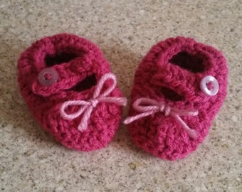 Crochet baby shoes with button