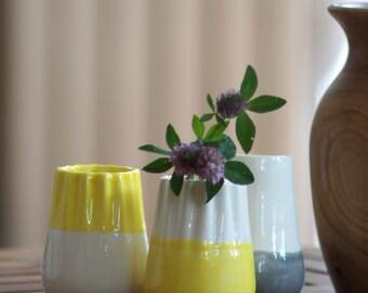 Petit vase plissé en faience - jaune & blanc