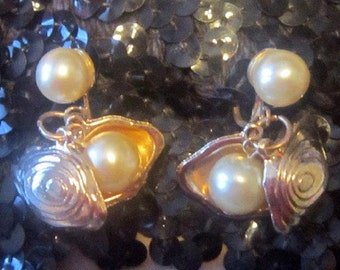 Vintage Pearl and Gold Clamshell Screwback Earrings - VERY RARE STYLE