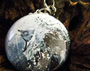 Keychain with a roaring lion in black and white