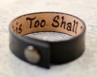 This Too Shall Pass - 3/4 pouce de large Minimal manchette en cuir noir avec Custom Secret Message caché à l'intérieur