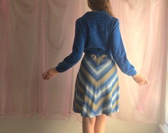 70s / vtg / Chevron Dress / long sleeve dress / belted dress / blue white yellow / zip up dress / midi dress / size medium small