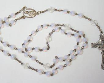 Vintage Glas Rosenkranz w / Runde schillernden Perlen und verzierten Crufifix R305