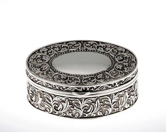Nostalgically decorated jewelery box oval - 9 cm - silvered - solid chest