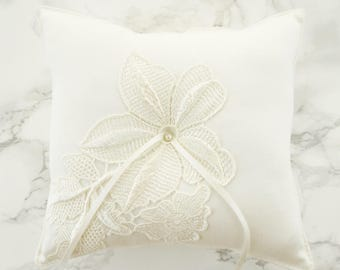 Wedding Ring Pillow / Ring Bearer Pillow / Ring Pillow with Venice Lace / Off White Ring Pillow / Cotton Ring Bearer Pillow with Pearl