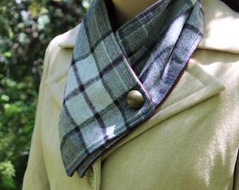 Wool collar, fleece linedwith metal buttons
