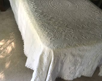 Vintage Matelasse Chenille Twin/Full Bedspread Coverlet with Fringe in White M933-1