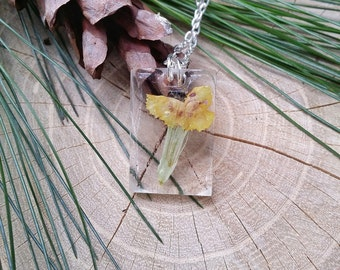"""Necklace with Chinese carnation flowers and resin-collection """"The Mirror of the Soul"""""""