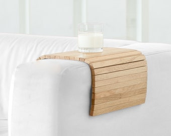 tray that fits the arm of the sofa and all unstable surfaces. Made of oak wood. Natural. DETRAY