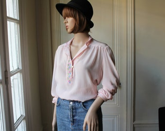 Pale pink blouse embroidered small flowers bust embroideries mandarin collar 70s vintage blouse long sleeves light pink - Size M