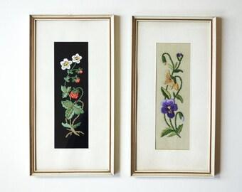 Zwei vintage Stickbilder, Erdbeere + Stiefmütterchen Wandbild Wandschmuck 50er/60er Jahre, schwarz natur gesticktes Bild