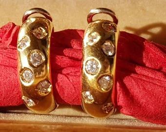Luxury hoop earrings in gold with 14 huge fiery diamonds
