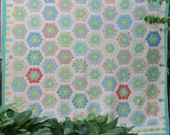 Vintage Quilt Grandmothers Flower Garden Feedsack Patchwork Quilt Bedspread Antique Pastel Hand Quilted Hand Made Preppy Pink Green Octagon