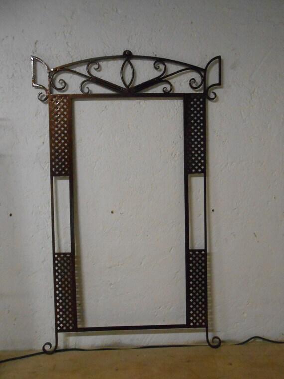 Marco para espejo fabricado en herrería fina forjado a mano