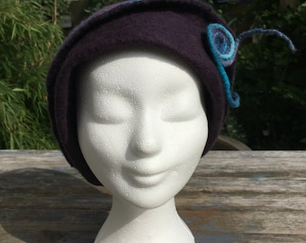 Felted hat in soft Merino Wool with silk in purple and blue tones (58)