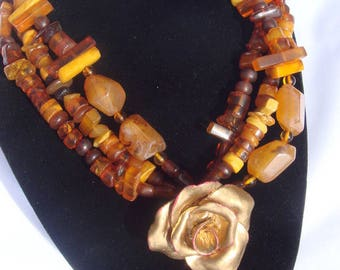 Orange Hill: Golden amber and pink leather necklace.