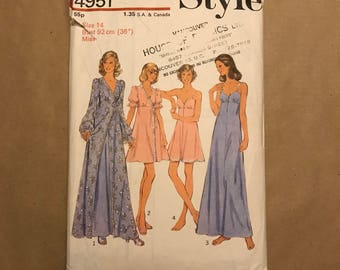 Vintage 1974 Sewing Pattern - Style 4951 - Negligee and Nightdress