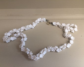 Vintage plastic white flower beaded necklace 1970s