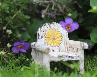 Itty Bitty Daisy Chair  1.5″ Tall | 1.25″ Wide | 1.25″ Deep for the Fairy Garden