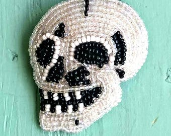 Black and White Skull Brooch, SKULL PIN, Beaded BrOOch, SkUlL Jewelry, Skeleton BrOOch, SKeLeton JeWElry