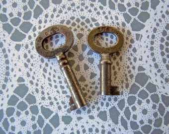 2 Small Antique Skeleton Keys Jewelry Findings Altered Art Pieces Metal Furniture Keys