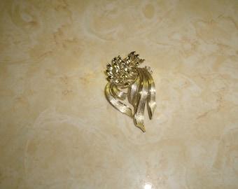 vintage pin brooch goldtone ribbon leaves lisner
