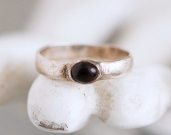 Dainty Silver Ring - Sterling Silver band with Jet Black Glass stone Pinky Finger ring - Size 5 1/2 - Vintage Oxidized Jewelry