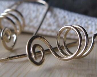 Leichten alltäglichen Schmuck.  14k gold gefüllt Spirale Handwerker Draht Arbeit Ohrringe. 20 Gauge.  Moderne Wirbel.  Frühling-Stil.  Auf Bestellung gefertigt.